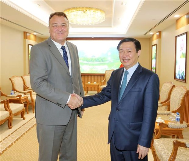 Deputy PM Vuong Dinh Hue receives foreign ambassadors hinh anh 2