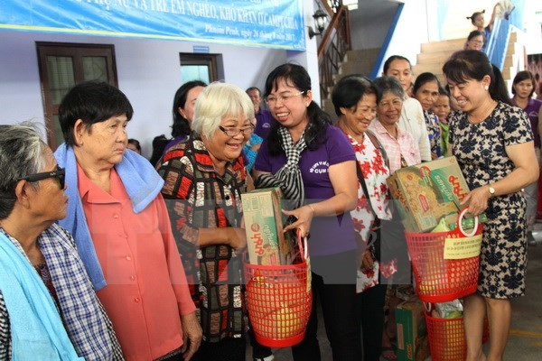 HCM City union grants gifts to poor women, children in Cambodia hinh anh 1