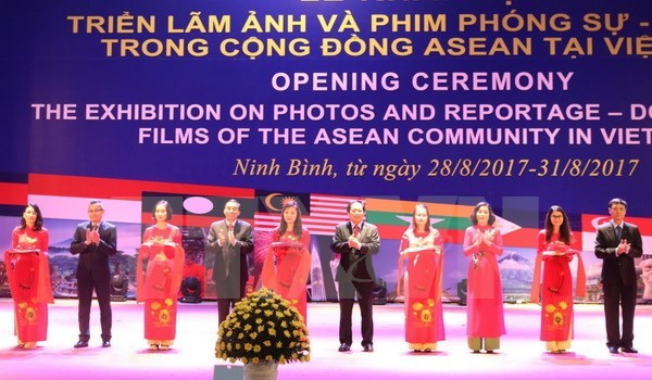 Exhibition features nations, peoples in ASEAN Community hinh anh 1