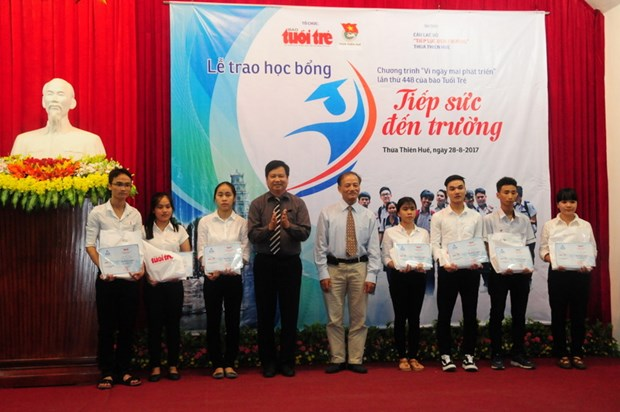 Scholarships give strength to poor new students hinh anh 1