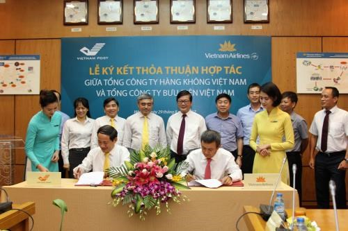 Vietnam Airlines, Vietnam Post sign cooperation deal hinh anh 1
