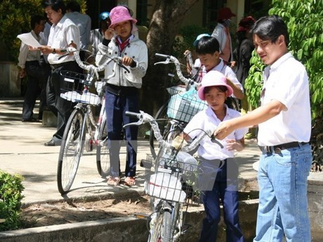 Scholarships to disadvantaged students as new school year starts hinh anh 1
