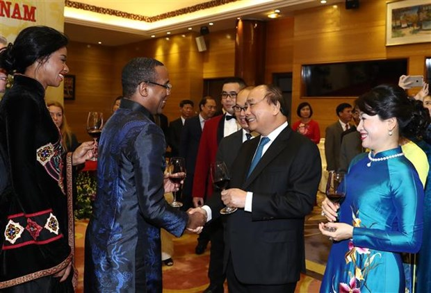 PM hosts banquet for foreign diplomats, friends on National Day hinh anh 1