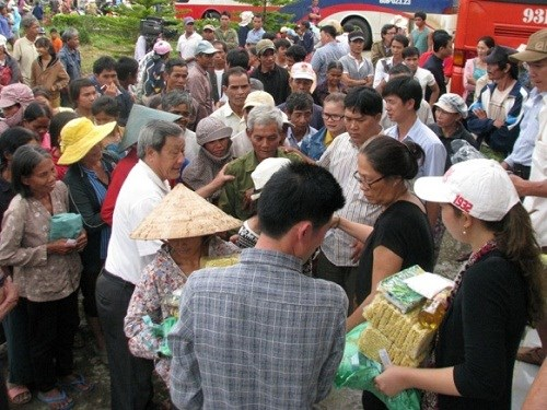 Kon Tum: gifts to disadvantaged people on Vu Lan Festival hinh anh 1