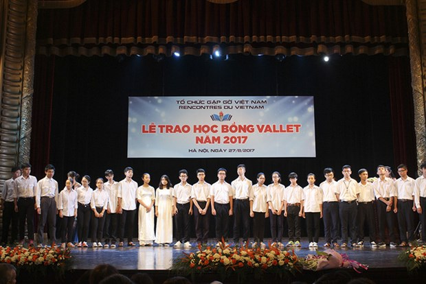 Scholarships presented to poor students ahead of new school year hinh anh 1