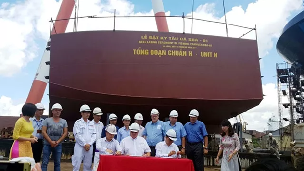 Vietnamese firm starts building fish trawler for Canada hinh anh 1