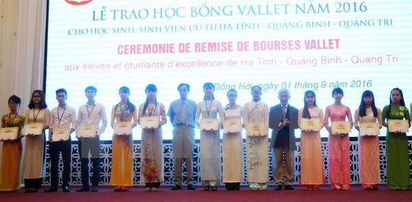 Odon Vallet scholarships granted to 193 students in Hue hinh anh 1