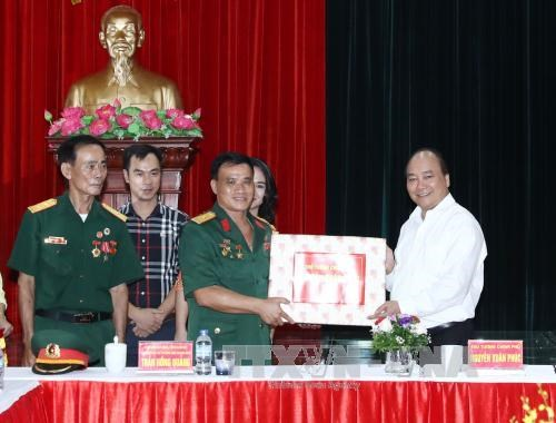 PM Nguyen Xuan Phuc visits war invalid-run firm in Hai Phong hinh anh 1