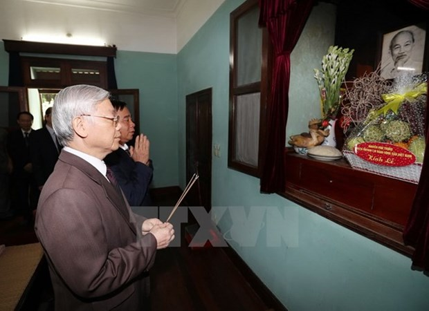Party leader offers incense to late President Ho Chi Minh hinh anh 1