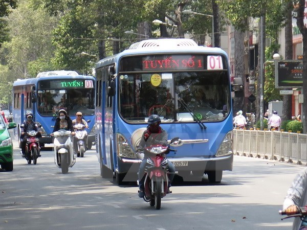 HCM City trials digital signboards at bus stops hinh anh 1