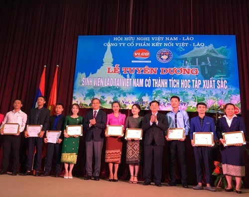 Outstanding Lao students honoured in Hanoi hinh anh 1