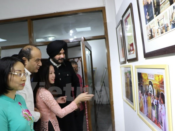 Photo exhibition helps bring Vietnam, India closer hinh anh 1
