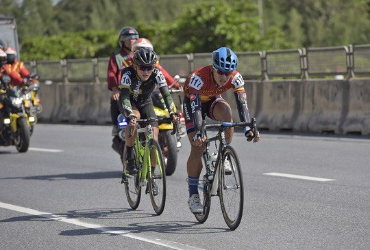 Vietnamese cyclist surprises with polka dot jersey hinh anh 1