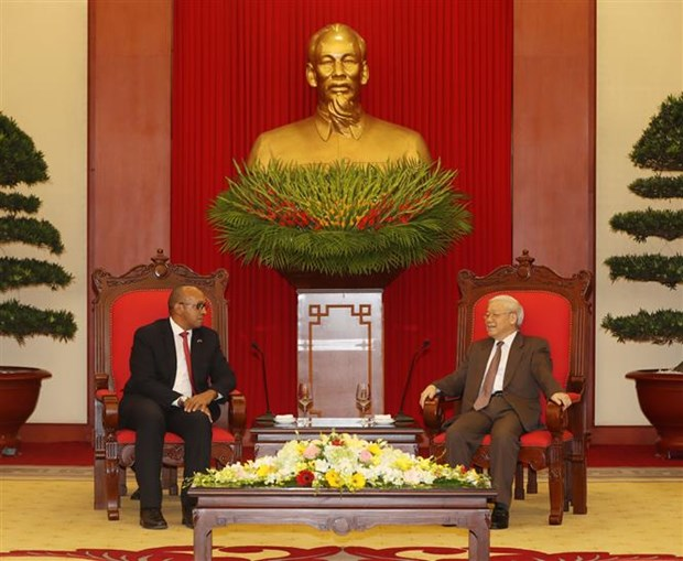 Outgoing Cuban Ambassador pledges to further ties with Vietnam hinh anh 1