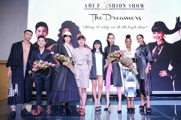 Fashion show features Vietnamese satin hinh anh 1