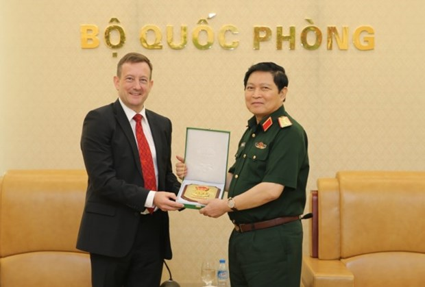 Defence Minister Ngo Xuan Lich receives French ambassador hinh anh 1