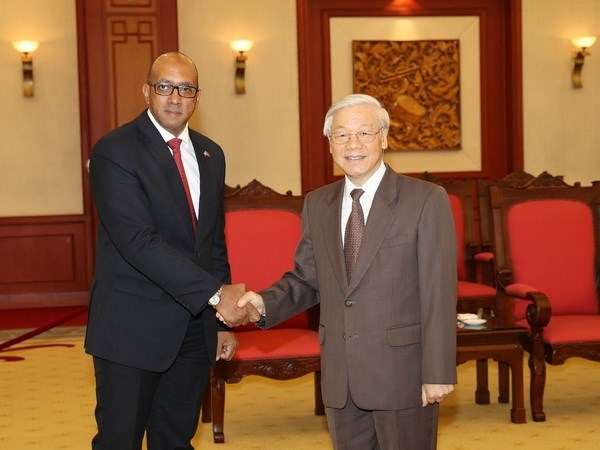 Cuban ambassador honoured with friendship insignia hinh anh 1
