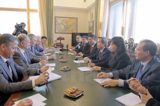 Party's economic commission head visits Russia hinh anh 1