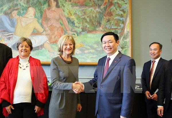 Deputy Prime Minister Vuong Dinh Hue visits Switzerland hinh anh 2