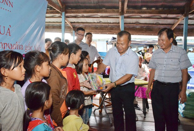 Support given to Vietnamese expats living on Tonle Sap Lake hinh anh 1