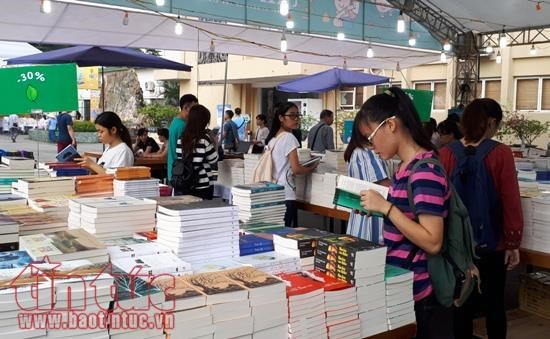 Fourth Book Fair opens in Hanoi hinh anh 1