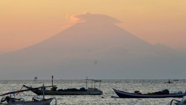 Indonesia raises alert level of volcano in Bali to highest hinh anh 1