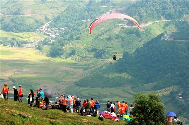 Over 100 pilots join paragliding festival in Yen Bai hinh anh 1