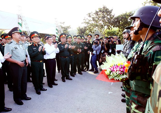Officers of Vietnam, China central military commissions hold talks hinh anh 1