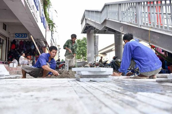 Hanoi's sidewalks to be paved with natural stone hinh anh 1