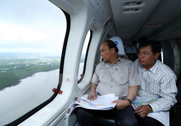 PM takes helicopter tour of climate change-hit areas in Mekong Delta hinh anh 1