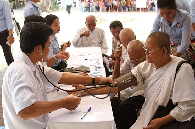 Doctors provide free checkups to poor people in Cambodia hinh anh 1