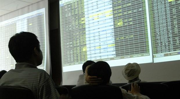 VN stocks fall on energy, bank shares hinh anh 1
