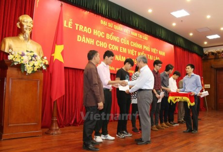 Vietnamese students in Laos receive scholarships from Vietnam Government hinh anh 1