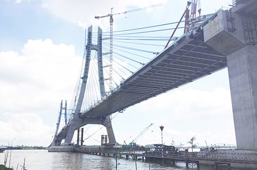 Final sections of Vam Cong bridge spanning Hau River joined hinh anh 1