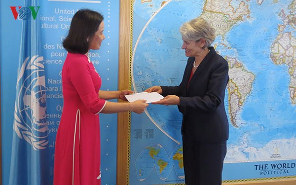 UNESCO chief praises strengthened ties with Vietnam hinh anh 1
