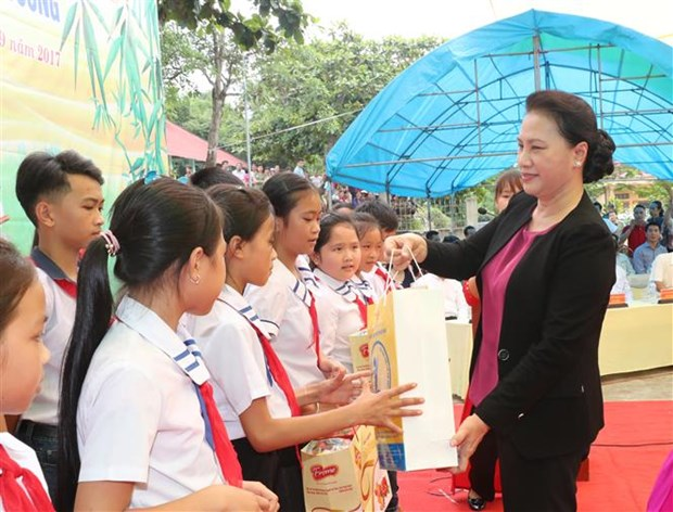 NA leader presents gifts to children in Tuyen Quang hinh anh 1