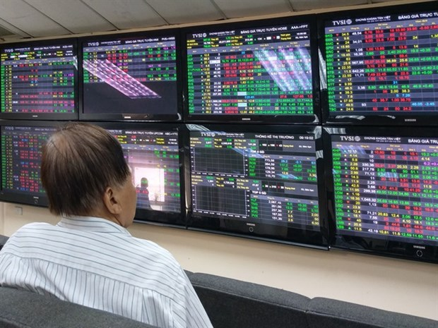 VN Index falls after late selling hinh anh 1