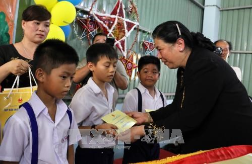 NA leader presents mid-autumn fest gifts to Ben Tre children hinh anh 1
