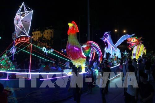 Tuyen Quang lit up with lanterns on city festival kick-off hinh anh 1