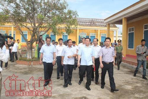 Deputy PM Vuong Dinh Hue visits storm victims in Ha Tinh hinh anh 1