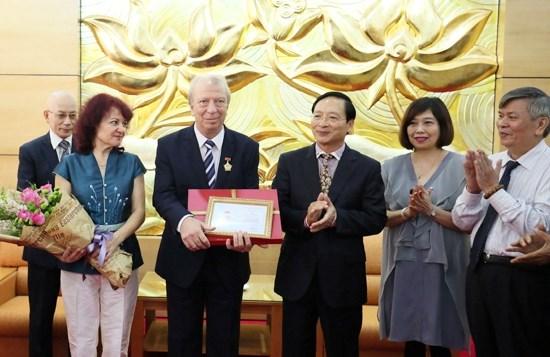 Bulgarian diplomat receives friendship insignia hinh anh 1