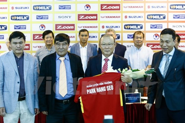 Korean coach leads Vietnamese football teams hinh anh 1