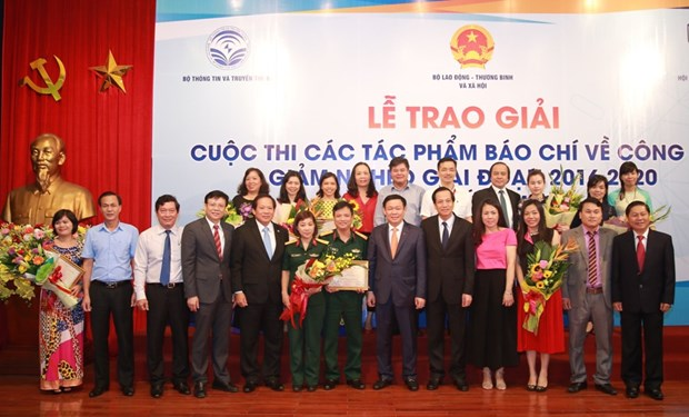 Winners of press awards on poverty reduction effort honoured hinh anh 1