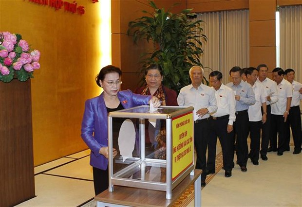Party, State leaders donate money to help flood victims hinh anh 1