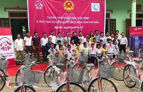 Bicycles presented to poor students in Binh Thuan hinh anh 1