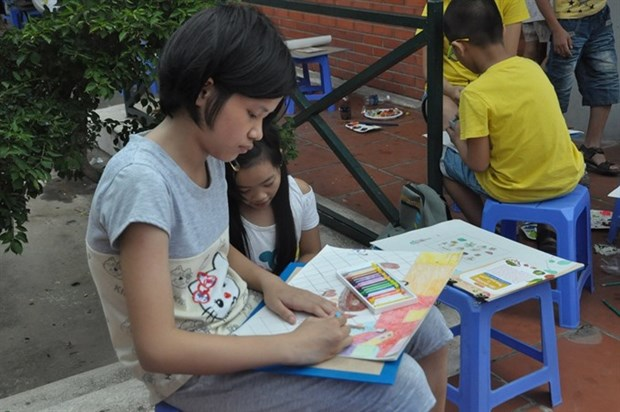 Children learn nutrition through painting hinh anh 1