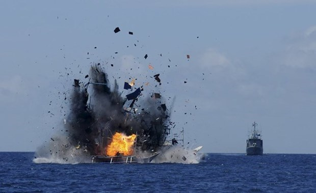 Indonesia continues sinking illegal fishing boats hinh anh 1