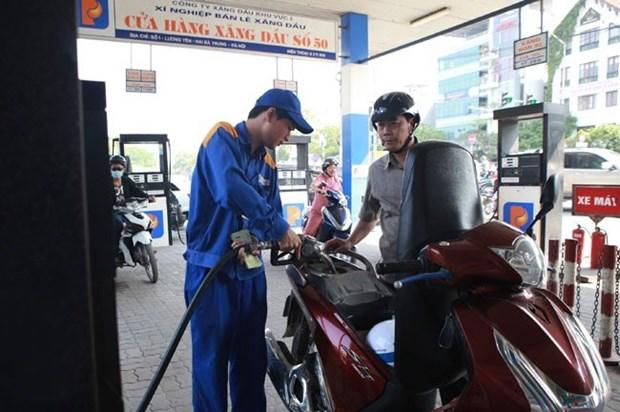 Petrol price falls slightly hinh anh 1