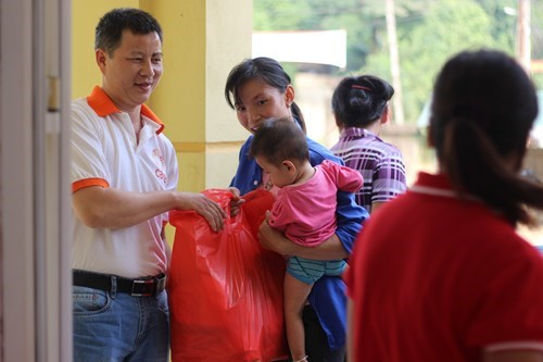 Organisation provides aid for flood victims in Hoa Binh hinh anh 1