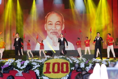 Art programme marks 100th anniversary of October Revolution hinh anh 1